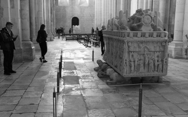 transept z nagrobkami