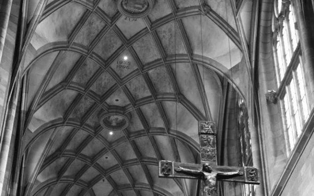 wnętrze kosciola gotyckiego
