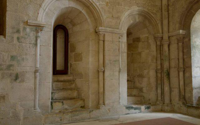 romański detal ściany