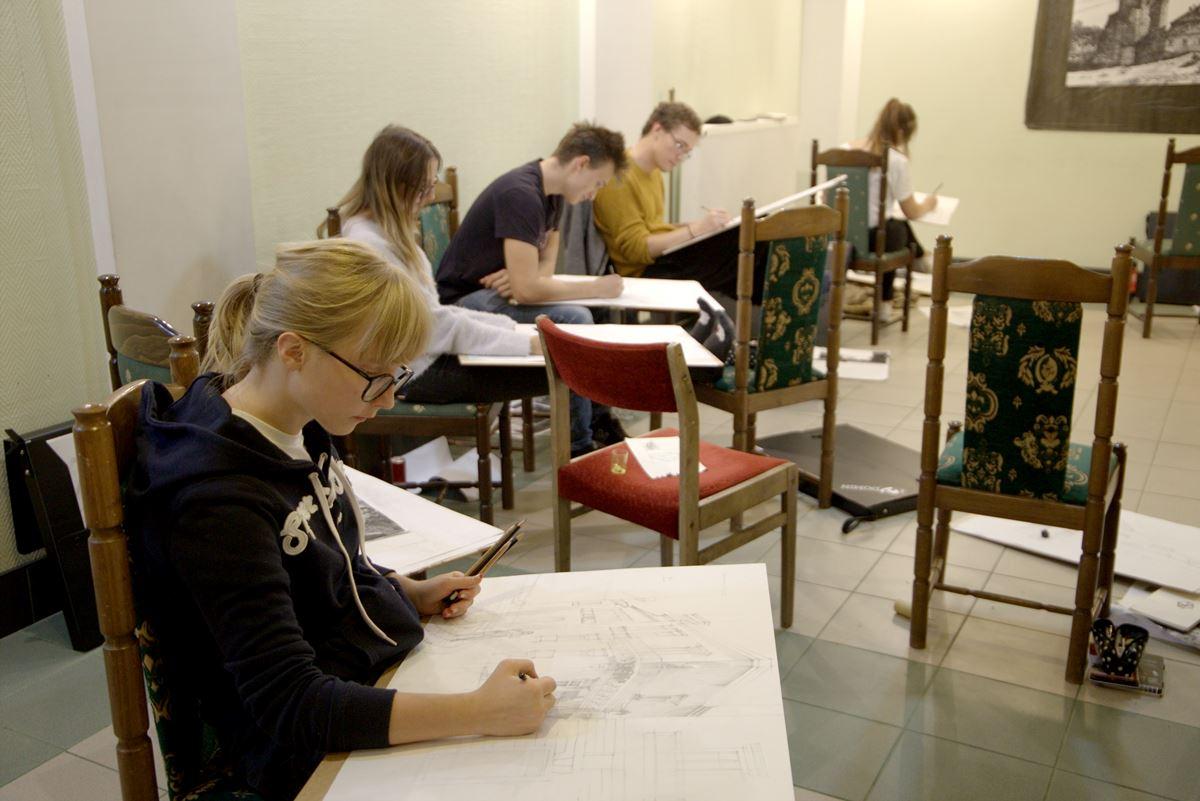 domin radom rysuje na Soczewce