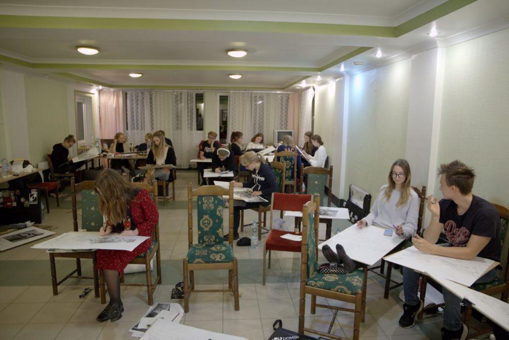 rysownicy rysują w sali